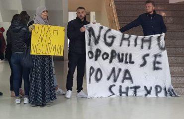 Studentët e Elbasanit i bashkohen protestës, nisin ngujimin në Universitet