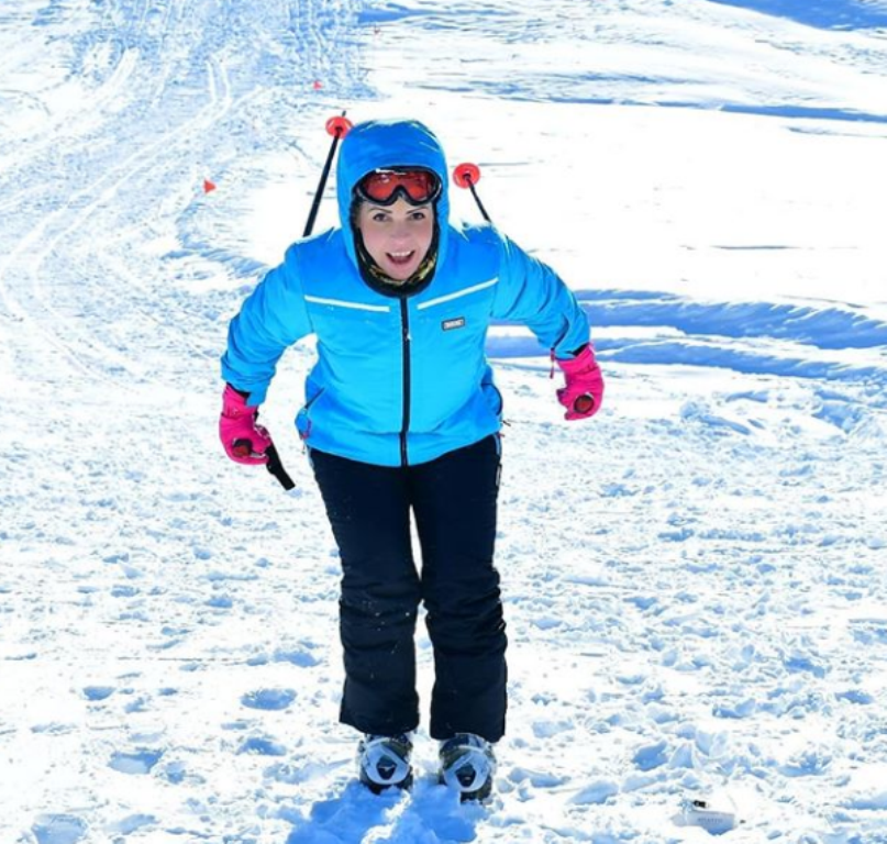 Edhe pse pa ski në këmbë, Aurela Gaçe thotë me bindje se është një skiatore e talentuar!