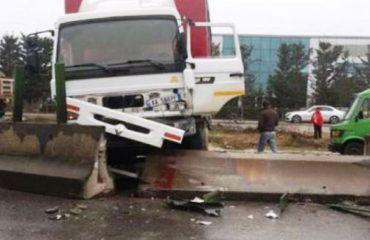 Aksident në autostradë, kamioni rrëshqet dhe përplaset me trafikndarësen