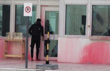 """MOTORISTËT E """"RUBIKONIT""""/ Sulmuan me bojë të kuqe ambasadën amerikane tetë të arrestuar në Athinë"""
