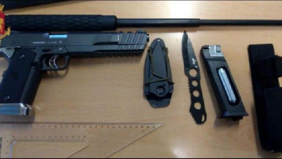 Arrestohet 19-vjeçari, udhëtonte në tren me armë dhe thikë