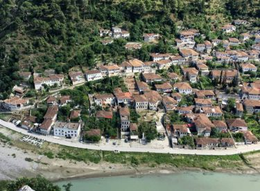 """""""Skënderbeu, Zogu, Enver Hoxha, vendi ku bashkohet tradita me plazhet më të lira mesdhetare"""""""