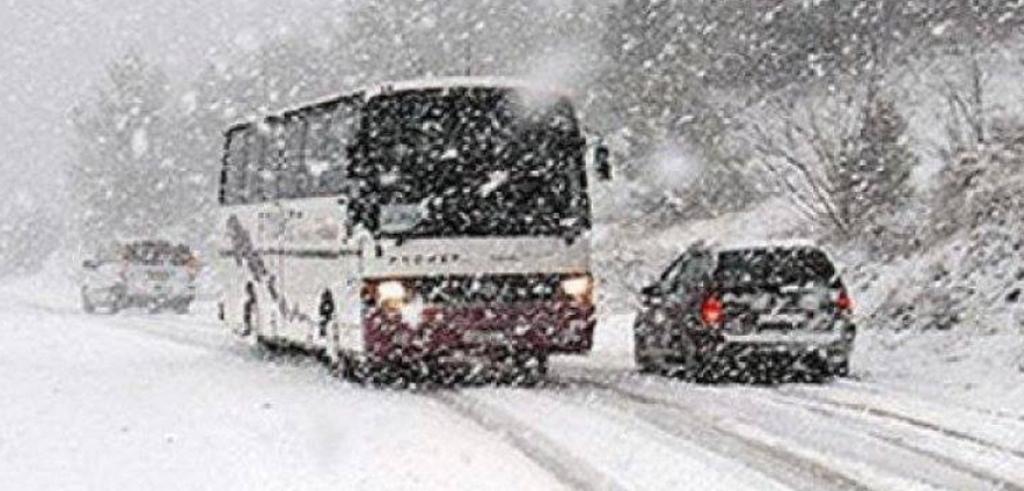 Bllokohet nga bora autobusi me pasagjerë në Pukë, një tjetër rrëzohet në Zogaj
