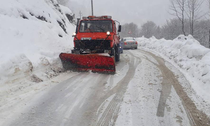 Vështirësitë nga rreshjet e dëborës, ARRSH informon mbi akset problematike