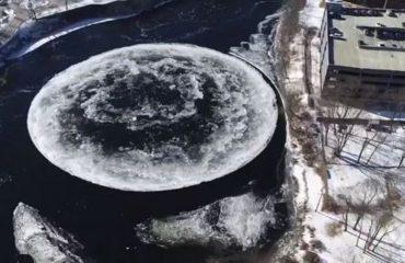 MISTER NË SHBA/ Disku gjigant prej akulli çudit botën, po si është formuar në mes të lumit?