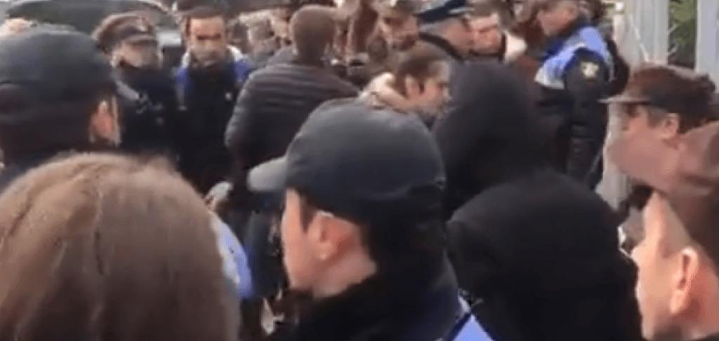 """VIDEO/ Dhunë mbi studentët e ngujuar: Te Ekonomiku ndërhyjnë """"Shqiponjat"""", te Juridiku policia private"""