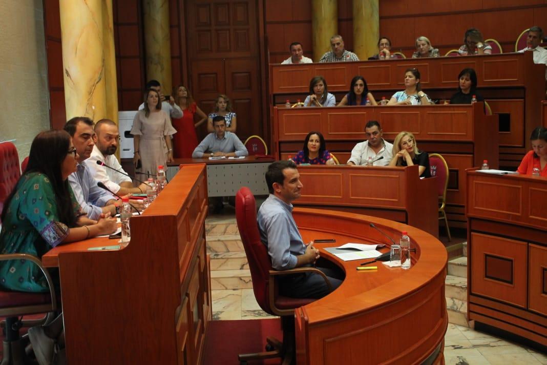 LSI braktis këshillin bashkiak, socialistët miratojnë dhënien me koncesion të parkingjeve në Tiranë