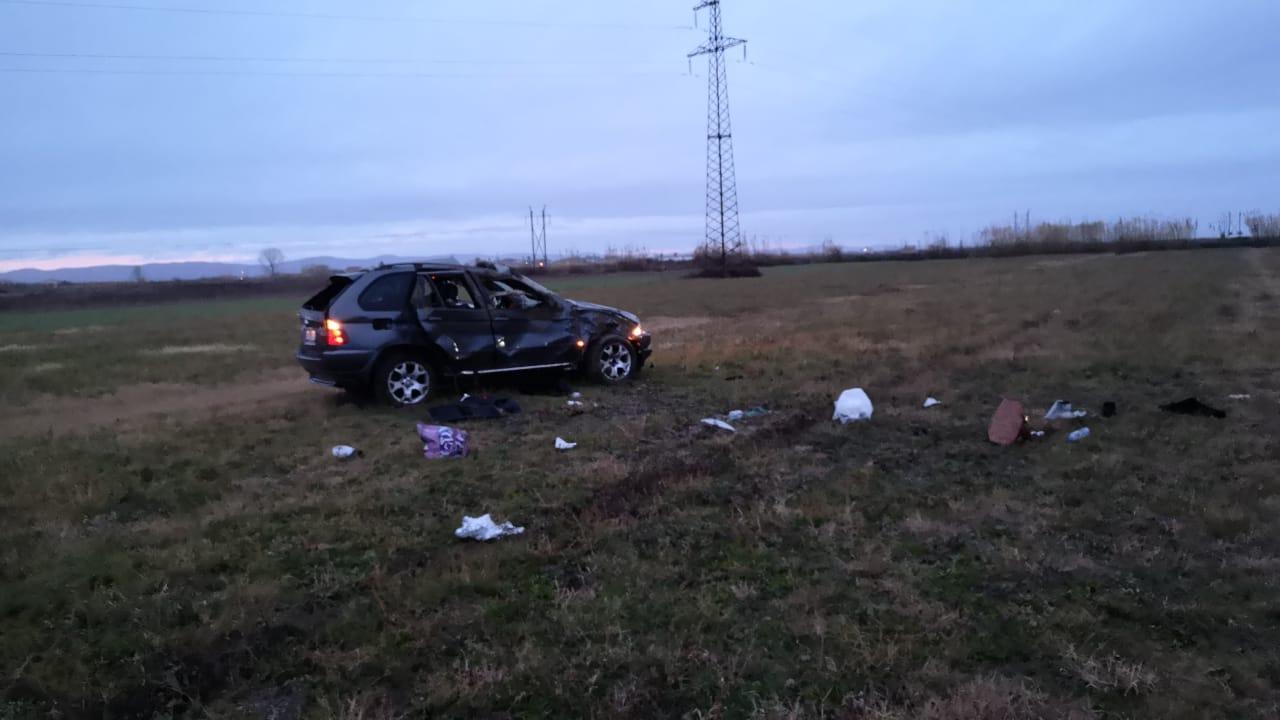 Aksidenti në rrugë fushore, makina del nga rruga, një person humb jetën dy të tjerë në gjendje të rëndë