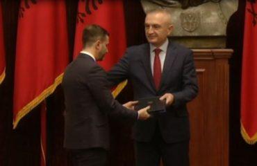 Rama ende në pritje/Meta dekreton ministrat e rinj, Braçe shkon plot humor në Presidencë! (Foto)