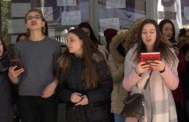 Studentët të ndarë, disa për mësim të tjerë për bojkot