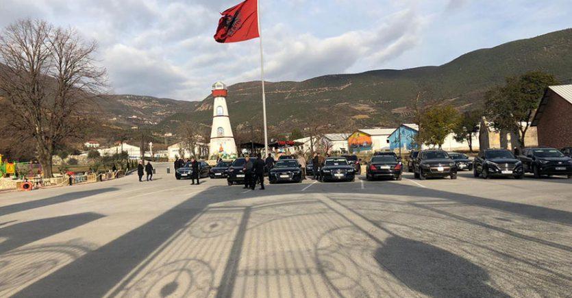 Qeveria mblidhet në Elbasan, Rama pritet me protesta