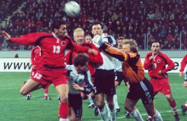 """Historia/ Birçe: Kombëtarja në '93 me uniformën e rrallë, dhuratë nga Danimarka, nuk kishte këpucë për Rrakllin"""""""
