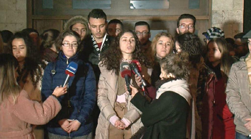 Studentët pas mbledhjes me qiri deklarojnë nisjen e ngujimit