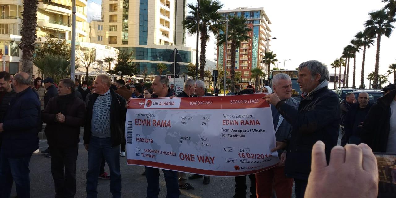 """Opozita proteston me banorët e Paskuqanit, vlonjatët """"i presin"""" biletën Ramës vetëm vajtje"""