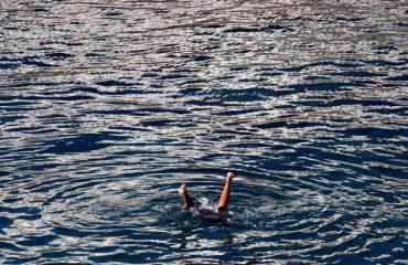 Edhe në dimër ka 'të çmendur' që zhyten në det