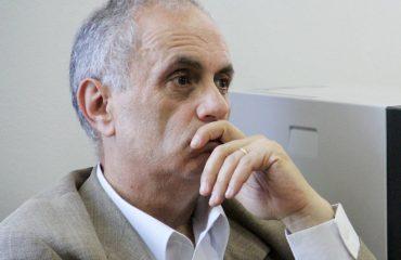 Akademiku Artan Fuga: Në Shqipëri, hiqu si budalla dhe bëhesh deputet ose ambasador!