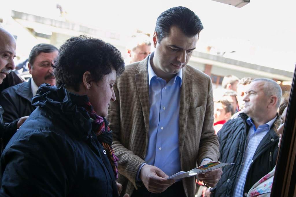 Basha dialog të ashpër me banorët në Vlorë