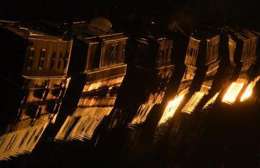 Çfarë po ndodh me këto shtëpi mbi det në Venezia? Pse janë përkulur mbi ujë?