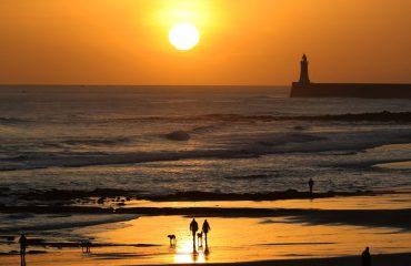 FOTO-SPEKTAKËL/ Perëndim dielli në dimër, si e shijojnë njerëzit në bregdet