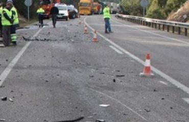 Makina përplaset me shtyllën në Mamurras, plagosen dy të rinj