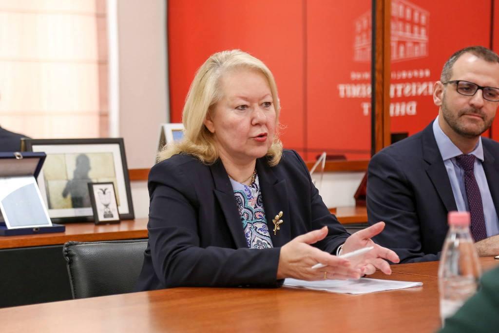 Gjuha dhe kultura mes dy vendeve tona, Ministra e Arsimit pret ambasadoren e Greqisë