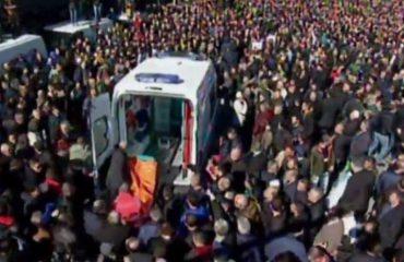 Qetësohet situata përpara Kryeministrisë. Policia rivendos kordonin, ambulancat transportojnë të plagosurit