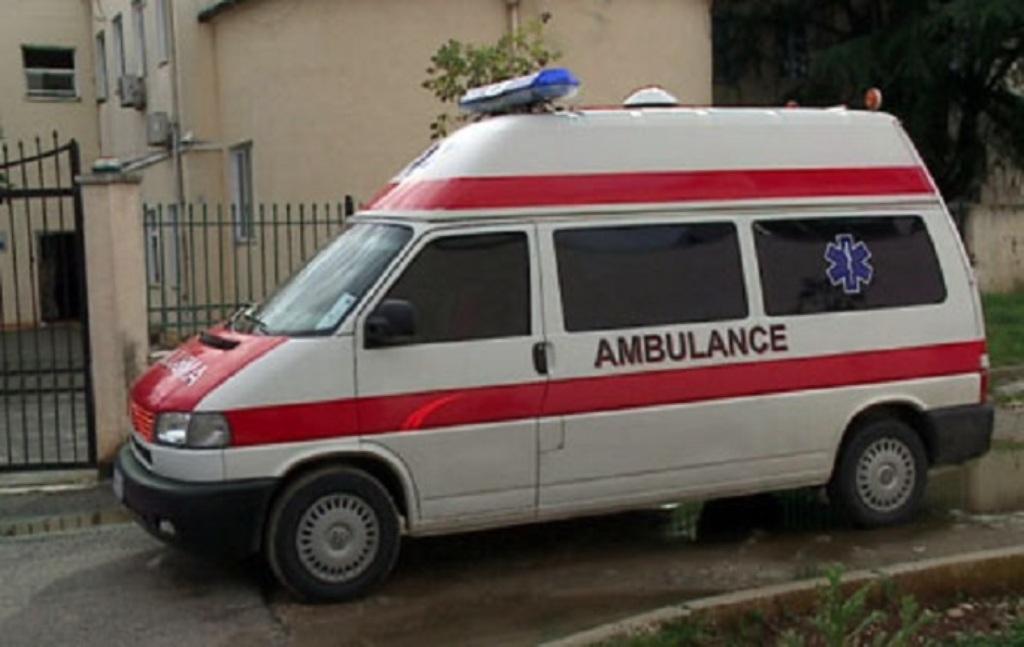 BERAT/ Babai i dy fëmijëve hidhet nga kati i shtatë i pallatit, dërgohet në gjendje të rëndë në spital