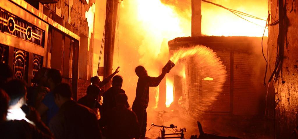 Zjarr i tmerrshëm në lagjen historike të kryeqytetit të Bangladeshit, të paktën 78 të vdekur mes flakëve