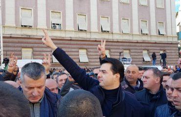 Hapi i fundit i opozitës: Djegim mandatet e deputetëve
