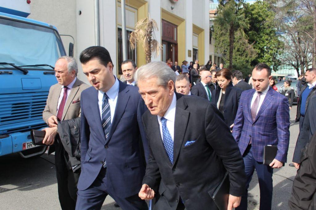 Një ditë pas protestës, Basha: Propozoj djegien e mandateve të deputeteve tanë!