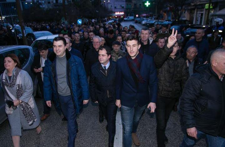 Basha fton durrsakët në protestën e opozitës: Pushteti ka punuar me Dakon dhe bandat