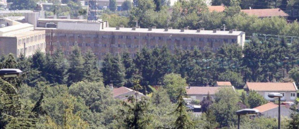 Babai i dy fëmijëve vret veten në burgun francez. Shqiptarët e burgosur: Punojmë si skllevër, na lënë pa ngrënë, ambasada hesht