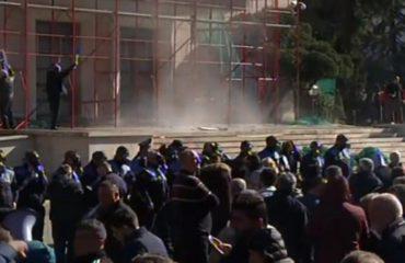 Protestuesit qëllojnë me gurë Kryeministrinë, Garda lëshon gaz lotsjellës. 6 të plagosur nga incidentet