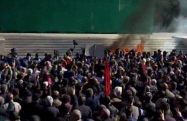 """Thyhet """"gardhi"""" i policisë, protestuesit sulmojnë Kryeministrinë. Berisha: Policia çau kordonin, jo protestuesit"""