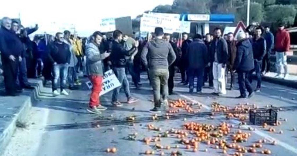 Berati në pritje të Bashës/Banorët bllokojnë Urën-Vajgurore, mandarinat e pashitura derdhën sheshit