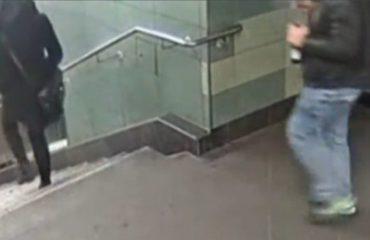 """Tmerri i kësaj gruaje në metronë e Berlinit, e """"fluturojnë"""" nga shkallët me një goditje pas shpine (Video)"""