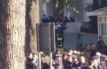 Gazi lotsjellës shkakton probleme shëndetësore, protestuesit dhe policët ndihen keq (FOTOT)