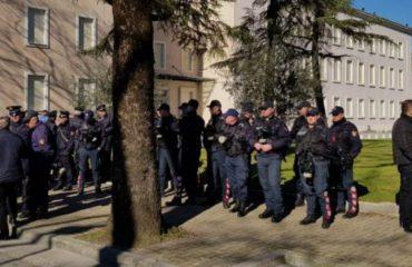 """Policia bën gati """"gardhin"""" para Kryeministrisë, protestuesit do """"frenohen"""" edhe nga rreth 500 të rinj të FRPD-së"""