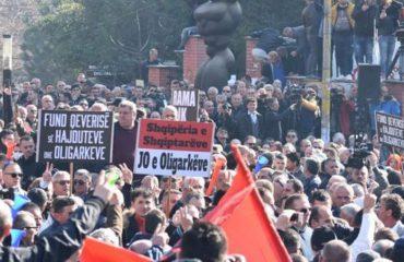 "Protesta, opozita i dorëzoi mandatet parlamentare me ""ceremoni"""