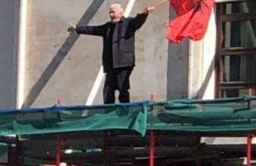 Protesta e Opozitës/Prangoset edhe 80-vjeçari nga Lezha, i cili u ngjit me flamur në Kryeministri