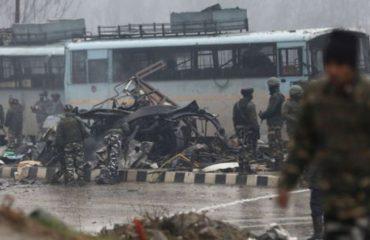 KASHMIR/ Autobomba lëshohet mbi autokolonën ushtarake indiane, të paktën 40 të vdekur