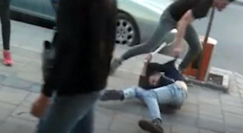 Kapen të rinjtë në Kamzë që u përplasën me grushte