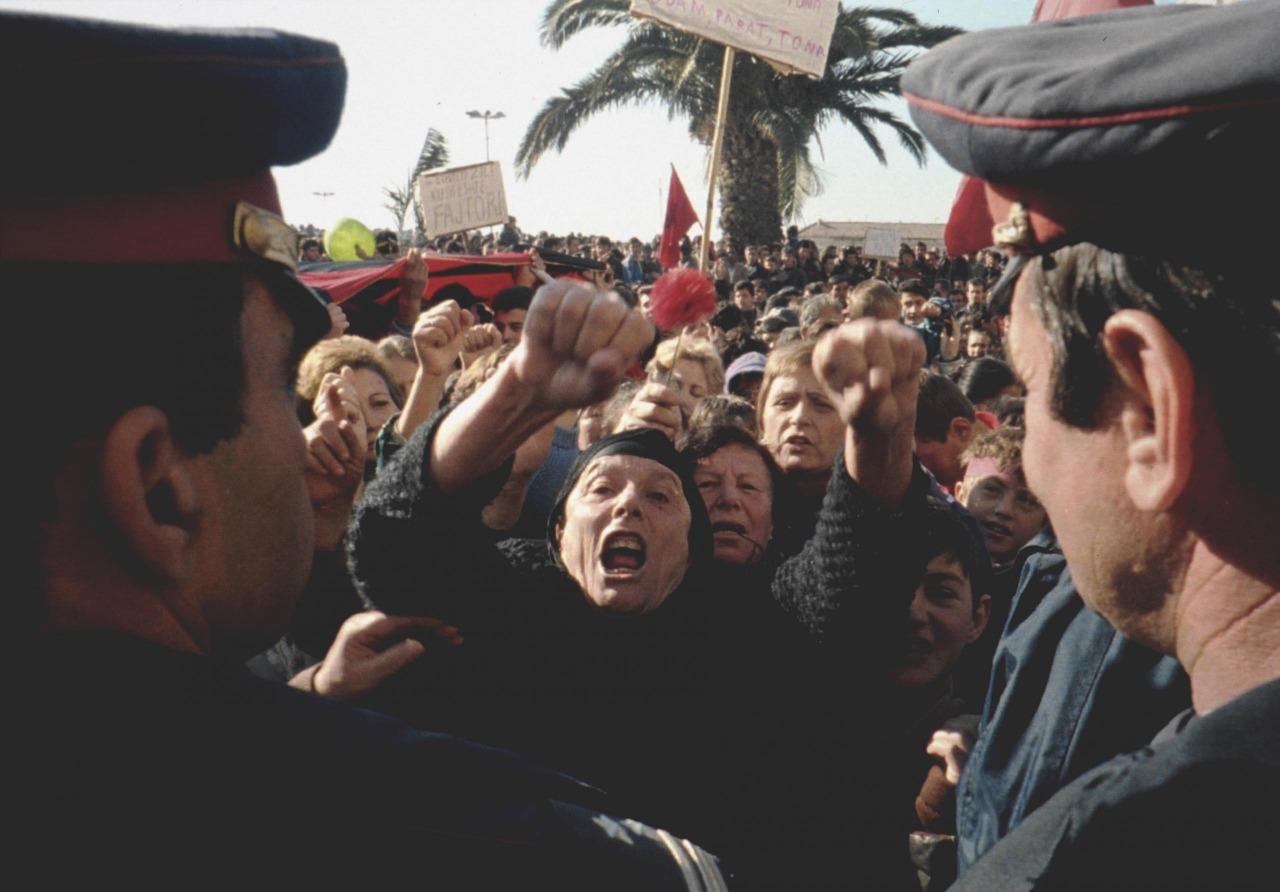 """""""Djegia e godinës së SHIK-ut në Vlorë, si nisi revolta e përgjithshme e armatosur"""""""