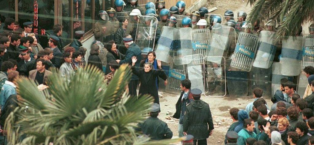 DOSJA '97/ Si u ndez Vlora dhe si bandat nisën sulmet ndaj VEFA-s kur studentët hynë në grevë urie