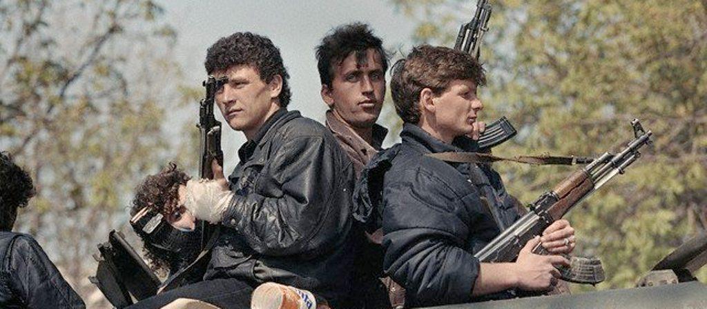 DOSJA '97/ Grabitjet monstruoze, njerëzit iu vërsulën edhe stallave të derrave duke i therur rrugëve