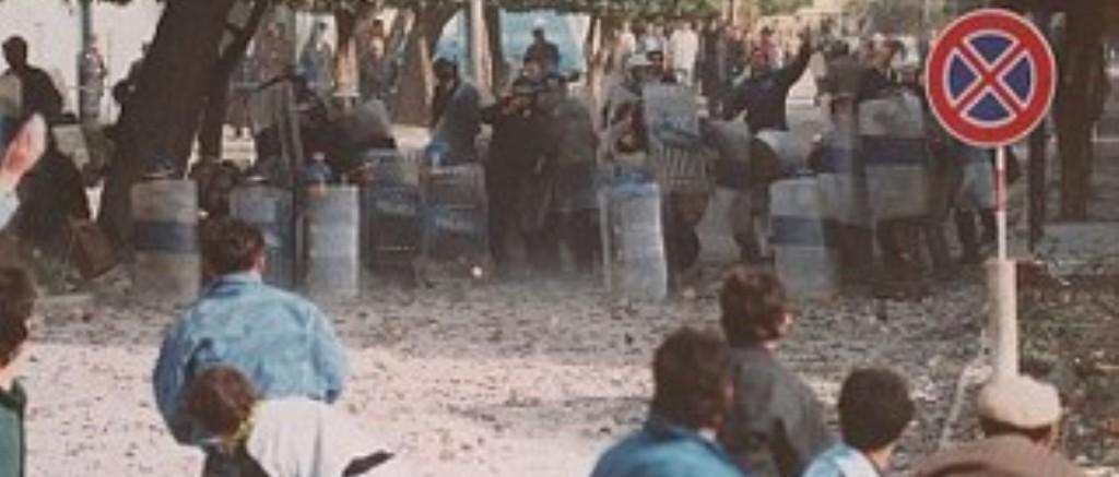 DOSJA '97/ Batërdia me vjedhjet e super-marketeve dhe depove të ushtrisë, populli shkuli edhe pllakat