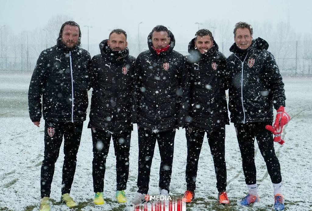"""Kupa e Shqipërisë/Luftëtari """"dajak"""" Partizanit, mes dëborës korçarët """"festojnë"""" Ditën e Verës"""
