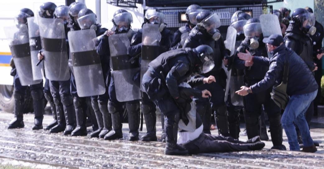 Policia me dorë të hekurt, arreston 14 protestue