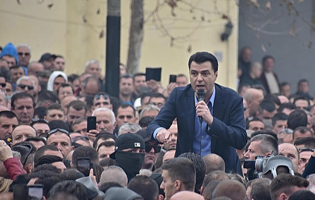 """Protesta dhe Kuvendi (Fotot pikante)/ Nga """"maska"""" pranë Bashës, betimet në Kuvend...deri te qetësia e Lleshaj"""