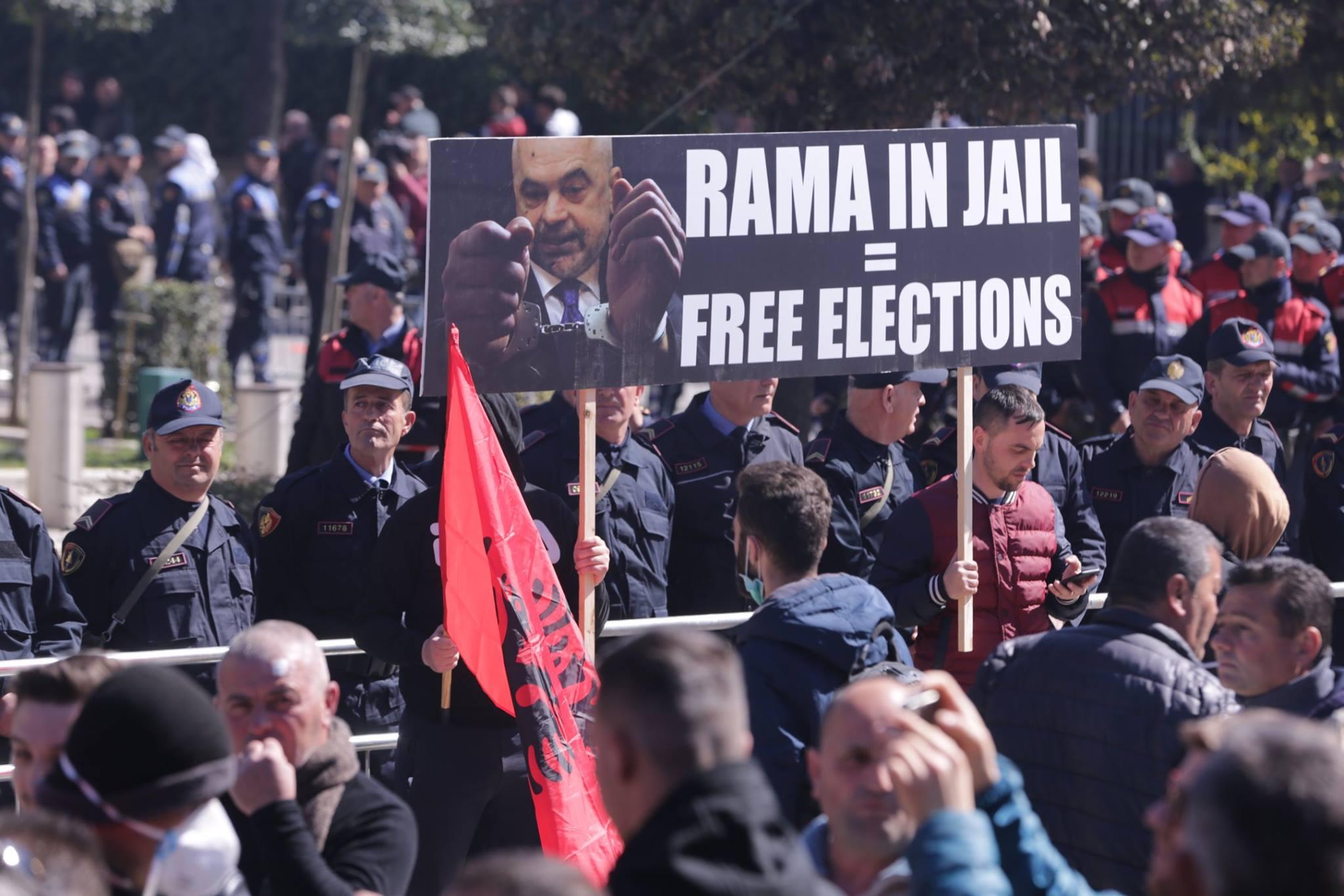 Basha publikon albumin e protestës së 16 marsit